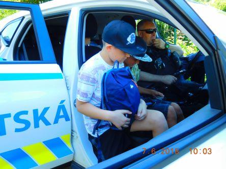 ...policejní auto...